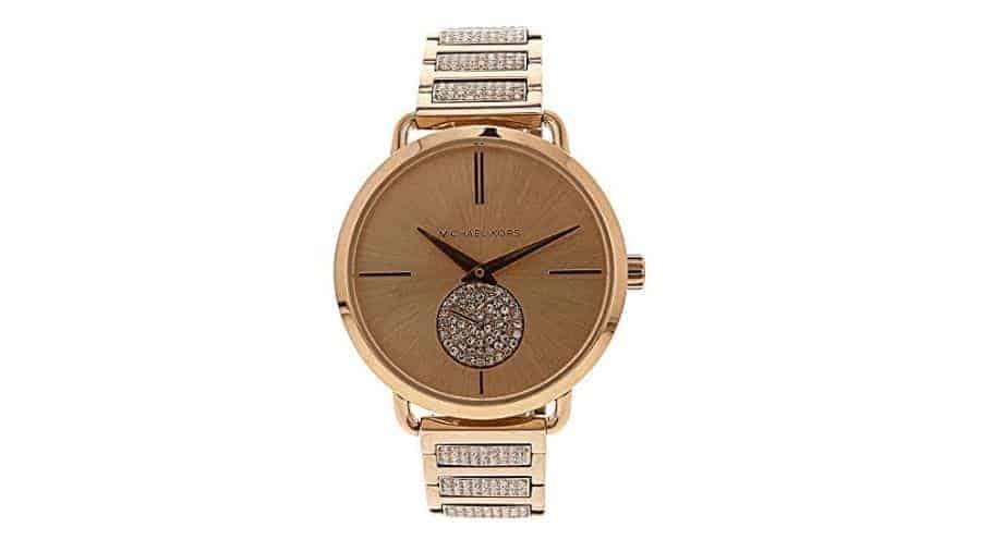 95e0a60341290 Portia MK3853، هذه الساعة النسائية المميزة المصنوعة من الفولاذ المطلي بلون  الذهب الوردي ذات حركة من الكوارتز وصناعة سويسرية، تتميز بحجمها الكبير الذي  يضفي ...