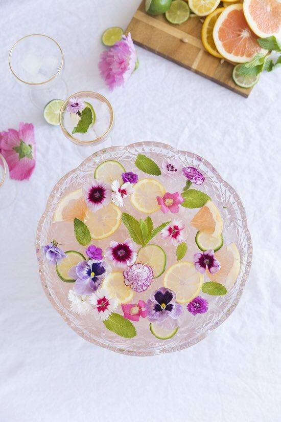صورة لاحد المشروبات مع الورد ملون طعام ازرق